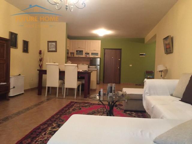 Apartament 2+1, Komuna e Parisit...